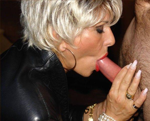 beaucoup de sperme dans sa bouche
